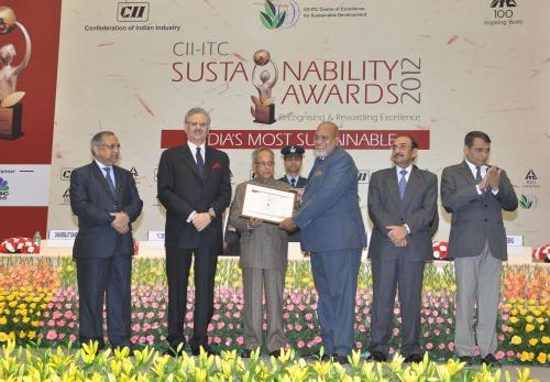 Hon'ble President of India and Mr. Y. C. Deveshwar, ITC Chairman giving away the CII-ITC Sustainability Awards 2012