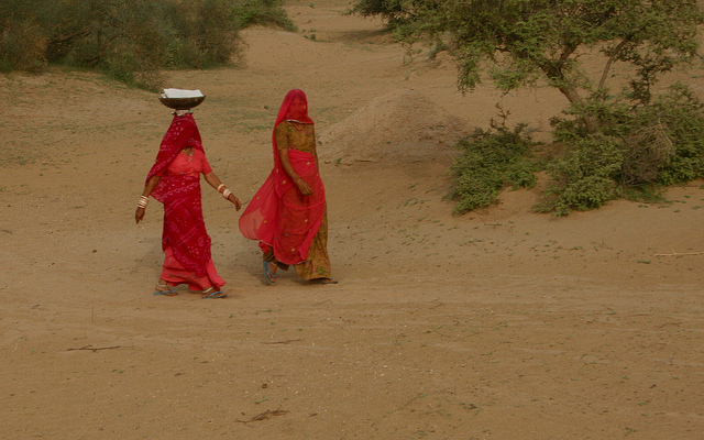 women-in-india-desert